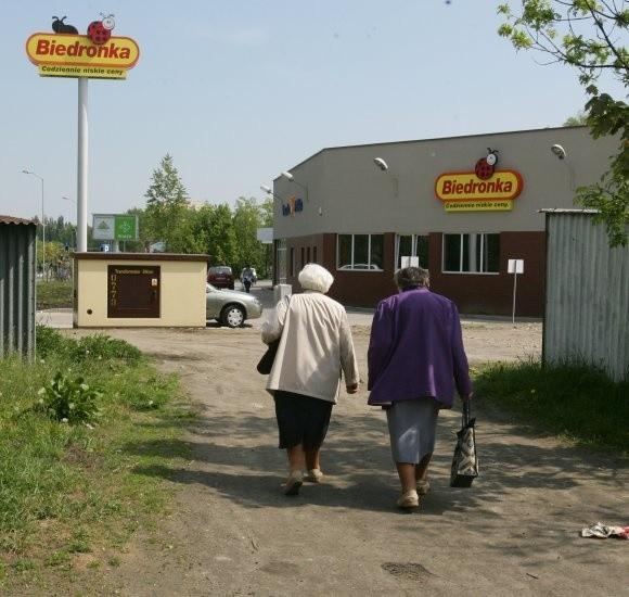 Do nowego supermarketu Biedronka i Poczty Polskiej przy ulicy Obotryckiej nie prowadzi żaden chodnik. Żeby dojść z najbliższych domostw trzeba przedzierać się przez krzaki, a następnie przejść klucząc między garażami.