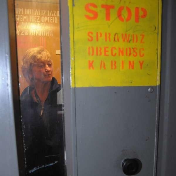 - Zanim wejdę do windy, sprawdzam, czy kabina jest na miejscu - mówi Grażyna Łomny.
