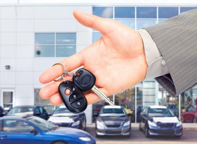 Planujesz kupić używany samochód? Zanim podejmiesz decyzję, najpierw trzeba dokładnie sprawdzić jego stan, co nie jest najprostszym zdaniem. Zimą, gdy pogoda jest kapryśna, może być to jeszcze trudniejsze. Jest jednak kilka sposobów na to, by pogoda nie stała na przeszkodzie do rzetelnych oględzin.Zobacz też: Jak kupić auto używane: gdzie szukać, jak sprawdzić przebieg, na co uważać, itp.