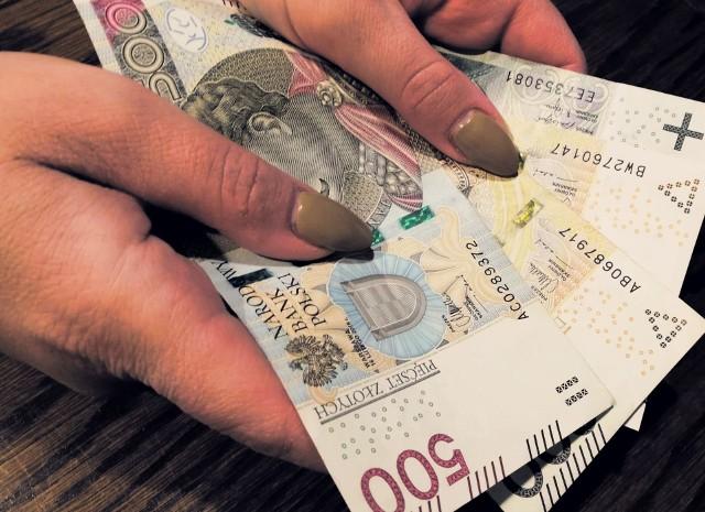 Wstępnie założono, że emerytury i renty zostaną podwyższone wskaźnikiem waloryzacji 103,84 proc. Kwotowa (gwarantowana) podwyżka to z kolei 50 zł (brutto). Sprawdź wyliczenia dla przykładowych kwot emerytur w galerii.