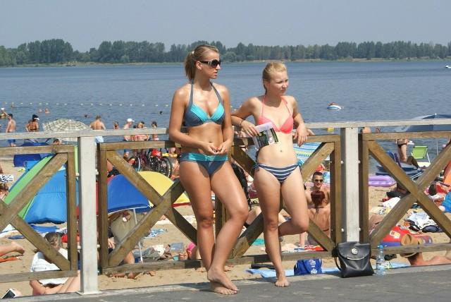 Pogoria III wypełniła się w sobotę plażowiczami.Wszystko wskazuje na to, że panujące w całej Polsce upały nie przyniosą nowego rekordu temperatury. Aktualny został odnotowany w 1921 roku w Prószkowie pod Opolem i wyniósł 40 stopni - oczywiście w cieniu. Tymczasem dziś, a więc w dniu, na który według synoptyków przypada kulminacja aktualnej fali gorąca, słupek rtęci sięgnie maksymalnie 39 stopni - we Wrocławiu. Począwszy od niedzieli temperatury będą nieco niższe, ale nadal - poza Pomorzem - będą przekraczały 30 stopni. I tak jeszcze przez niemal dwa tygodnie - tłumaczy Wojciech Raczyński, synoptyk TVN Meteo Active.