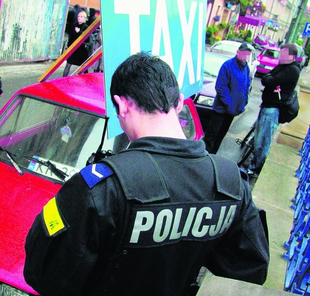 Napis na aucie bezkarnie udawał postój dla taksówek