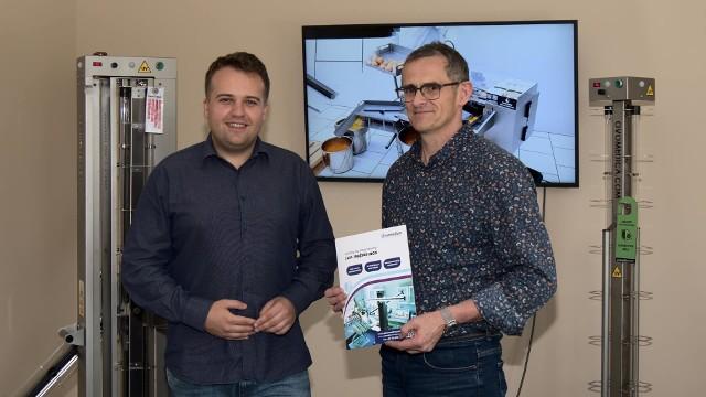 Piotr Drapejkowski (z prawej) z prezydentem Markiem Materkiem.