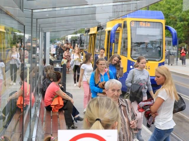 Węzeł przesiadkowy przy al. Solidarności zdążył już dać się we znaki mieszkańcom miasta. Jest zbyt wąski, a pasażerowie mają kłopoty z dotarciem do wybranego autobusu