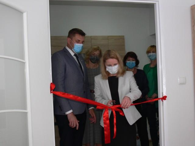 W Sandomierzu oddano mieszkanie chronione, w którym  naukę samodzielnego życia  rozpoczną trzy niepełnosprawne osoby. Od prawej Dorota Tarnawska, dyrektor Ośrodka Pomocy Społecznej w Sandomierzu i burmistrz Marcin Marzec.