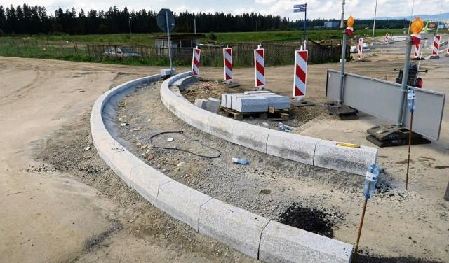 Na zdjęciu widać zarys przyszłego ronda, które nie może być ukończone, bo na jego drodze stoi ogrodzona działka (w tle). Dzień i noc działki pilnują ludzie wynajęci przez Żarneckiego