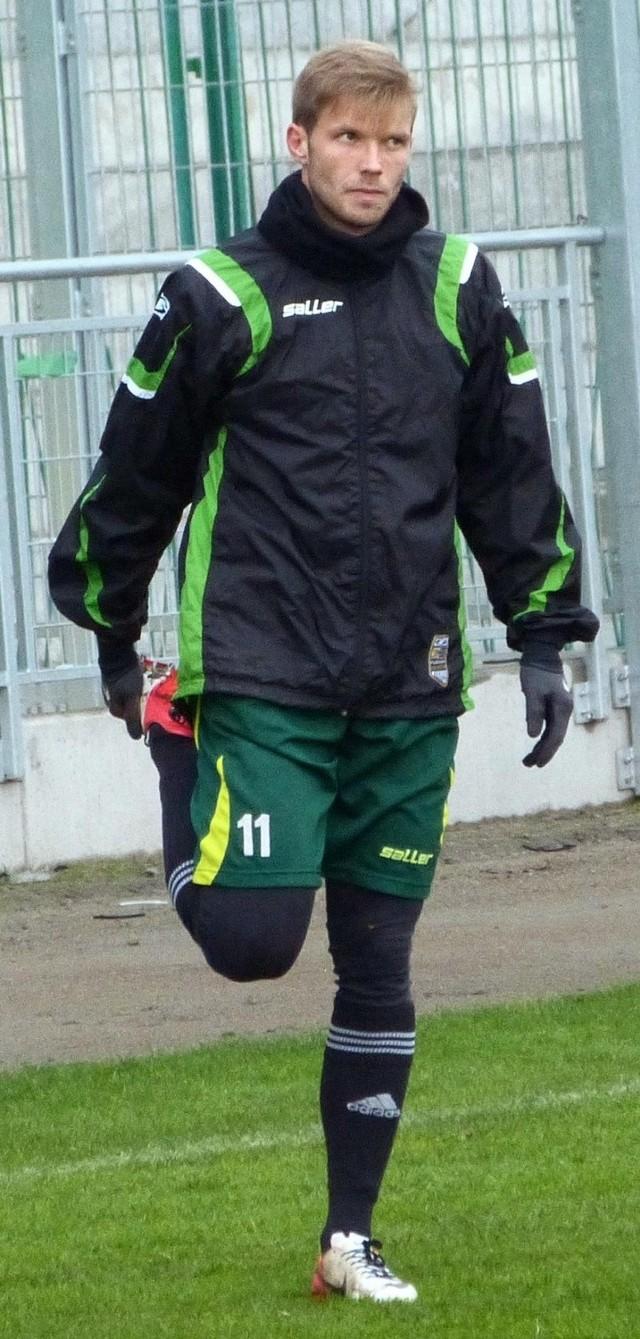 """Piłkarz """"Stalówki"""", Adrian Bartkiewicz dostał czerwoną kartkę w meczu ze Świtem Nowy Dwór Mazowiecki. Ale władze piłkarskiej spółki ze Stalowej Woli złożyły w jego sprawie odwołanie."""