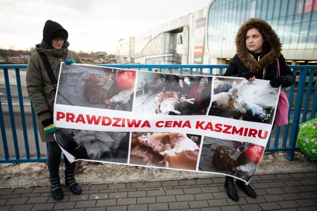 Protesty aktywistów z Fundacji VIVA odbyły się, m.in. 19 lutego w Poznaniu. Dziś, 22 lutego odbędzie się protest przed Galerią Pomorską w Bydgoszczy.