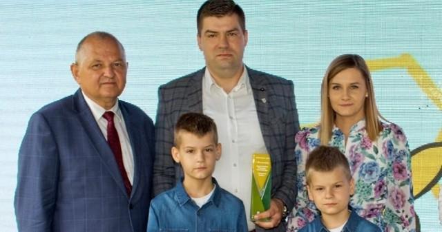 Patryk Chojnicki z Makówca został wicemistrzem województwa w prestiżowym konkursie AgroLiga 2021. Na zdjęciu z żoną Katarzyną, synami i  dyrektorem ODR, Ryszardem Zarudzkim