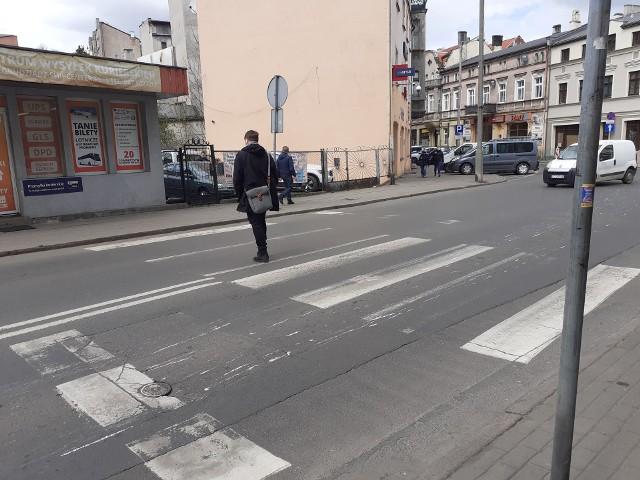 """Przejście dla pieszych przy ul. Groblowej w Grudziądzu ma zostać doświetlone. Wnioskowali o to policjanci z """"drogówki"""" do ZDM-u."""