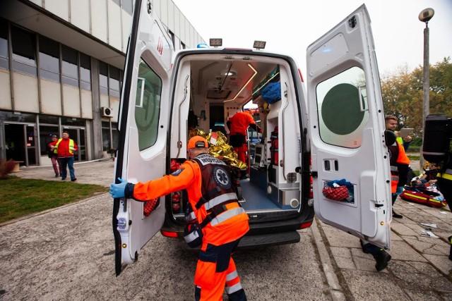 Zespół ratownictwa medycznego pojechał na pomoc nieprzytomnemu mężczyźnie, leżącemu na chodniku. Gdy pacjent się ocknął jednego z ratowników uderzył pięścią w twarz. Takich przypadków jest więcej.Więcej o sprawie pracy ratowników medycznych w dalszej części galerii >>>