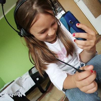 Częste słuchanie głośnej muzyki przez słuchawki to jedna z głównych przyczyn problemów ze słuchem u dzieci