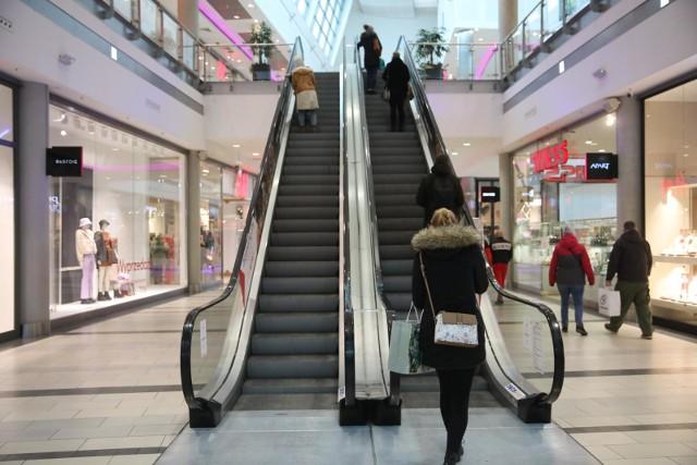 W ostatnich latach z Polski zniknęło kilkanaście marek sklepów odzieżowych i obuwniczych. Najczęstszym powodem zamykania sklepów są słabe wyniki finansowe i rosnąca konkurencja, czasem także zmiana strategii globalnej.Których sklepów już nie ma lub niedługo nie będzie w Polsce? Które zamykają swoje sklepy stacjonarne? Zobacz na kolejnych slajdach >>>