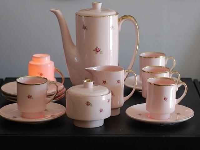 Serwis z różowej porcelany wyprodukowany w Fabryce Porcelany AS Ćmielów to prawdziwa gratka dla koneserów wyrobów porcelanowych.