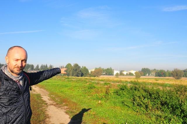 Tomasz Fiszer pokazuje teren, gdzie miałaby być realizowana kolejna niechciana inwestycja w Olszanicy