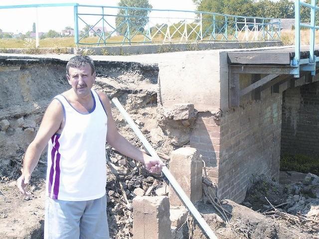 - W tym miejscu ul. Wodnej woda się przelała i zalała działki oraz garaże. Jak przyjdzie następna powódź to znów Czarna Struga będzie groźna – mówi Roman Sanocki.