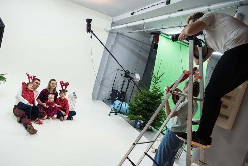"""W studiu fotograficznym MWM Production odbyła się świąteczna sesja. Zdjęcia dzieci ozdobią pierwsze strony świątecznych wydań tygodników """"Głosu Pomorza""""."""