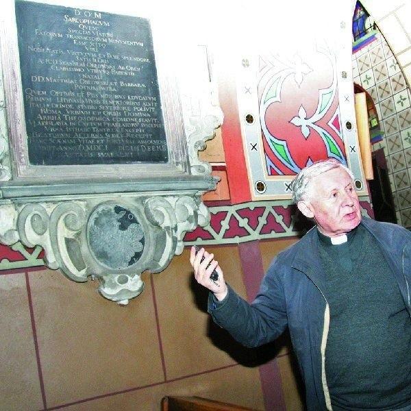Remont zabytkowych płyt epitafijnych jest  też niezbędny - mówi ks. Stanisław  Waszczyński