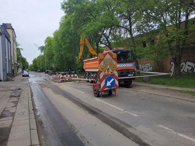 Na odcinku między ul. Milionową i Rawską zajęty jest jeden pas ruchu w kierunku Przybyszewskiego. Trwają tam prace przy usuwaniu awarii wodociągu o przekroju 300 mm.