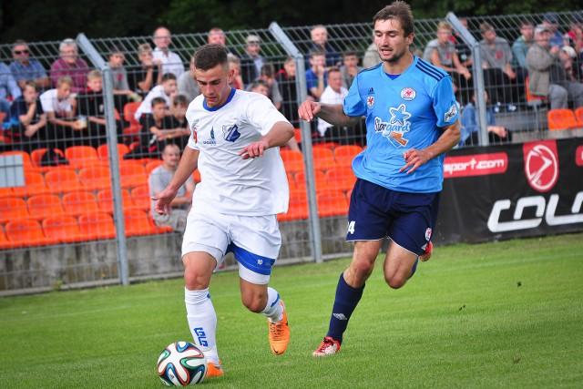 Tomasz Swędrowski już w 17. sekundzie spotkania zdobył bramkę dla MKS-u. Obok defensor gości Rafał Gutowski.
