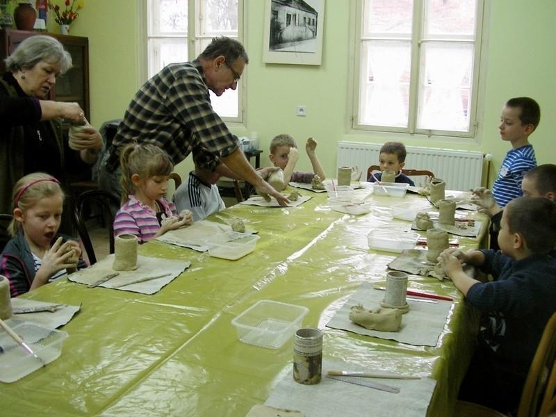 Maluchy z przedszkola nr 6 w Międzyrzeczu przyszły do muzeum na nietypowa lekcję. Uczyły się lepić naczynia z gliny