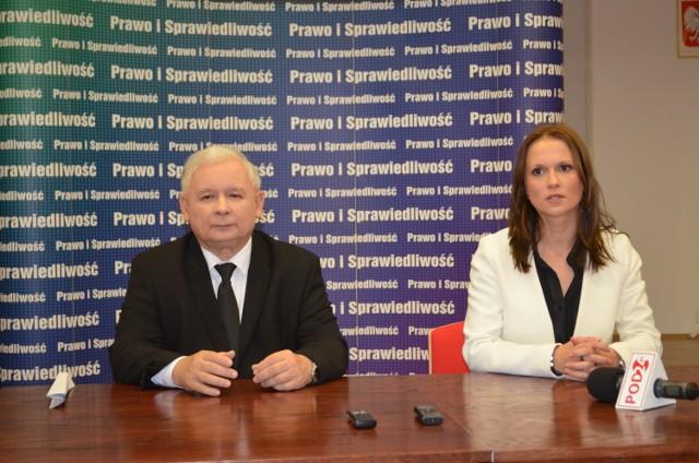 Jarosław Kaczyński i kandydatka na posła Anna Schmidt-Rodziewicz podczas briefingu w Jarosławiu