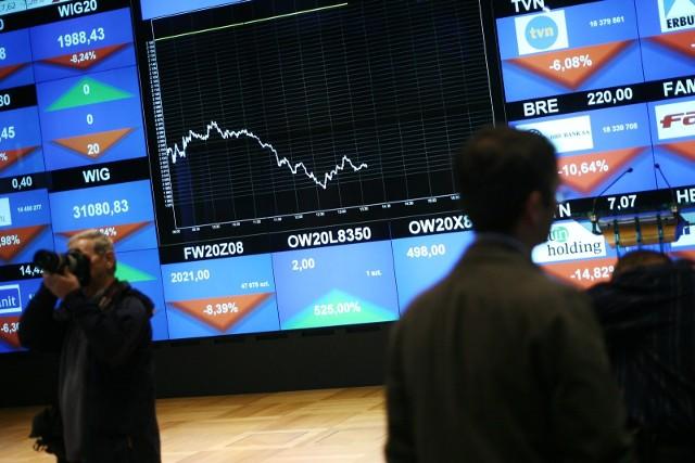 Indeksy spadły o 4-5 proc. i przypomina to sytuację szukania drugiego dna. Indeks największych spółek tzw. blue chipów stracił już od końca lutego 40 proc.