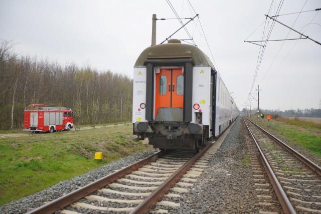 We wtorek, 9 kwietnia tuż przed godziną 10.00 doszło do śmiertelnego potrącenia pieszego przez pociąg. Na miejscu pracują strażacy. Ruch kolejowy jest wstrzymany. Przejdź dalej i zobacz kolejne zdjęcia --->