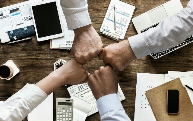 Pod koniec stycznia 2019 roku 10 edycja programu TOP EMPLOYERS wyłoniła 56 laureatów – liderów w dziedzinie zarządzania zasobami ludzkimi.Już po raz dziesiąty polscy pracodawcy mieli okazję spotkać się i wspólnie, w gronie ponad 400 osób, świętować swój sukces. Top Employers Institute od ponad 25 lat bada pracodawców na całym świecie pod kątem prowadzonej przez nich polityki personalnej. Tytuł Top Employer otrzymują tylko firmy, które pozytywnie przejdą szczegółowe badanie i proces weryfikacji. W 2019 roku Top Employers Institute przyznał ten tytuł 1554 organizacjom w 118 krajach. Polska znalazła się na dziewiątym miejscu pod względem liczby certyfikowanych organizacji na świecie.Głównym priorytetem dla polskich pracodawców są zmiany organizacyjne i kulturowe,  na drugim miejscu — zaangażowanie pracowników,  na trzecim — strategia rozwoju talentów.Najlepszych pracodawców przedstawiamy alfabetycznie. Zobacz na kolejnych slajdach gdzie warto pracować - posługuj się myszką, klawiszami strzałek na klawiaturze lub gestami