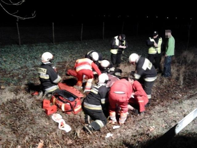 Pierwsi na miejscu pojawili się strażacy i to oni udzielili rannemu pomocy.