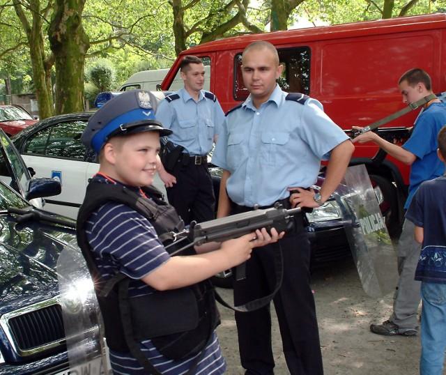 Policjanci zademonstrowali cały swój arsenał broni. Potrzymać w rękach prawdziwy pistolet, to dopiero frajda.
