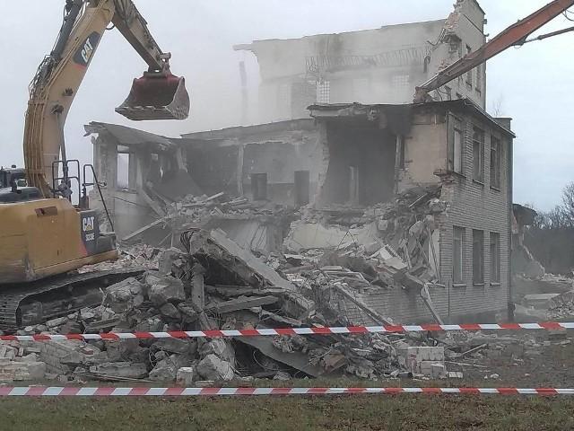 Na początku tego roku w Biedrusku wyburzono tzw. zwyżkę centralną. Obiekt znajdował się w samym środku parku sprzętu technicznego. W czasie zimnej wojny, kiedy Polska należała do Układu Warszawskiego, całe Biedrusko i jego infrastruktura były jednym z ważnych celów rozpoznania satelitarnego NATO.Co kryła budowla? Przejdź dalej i sprawdź --->