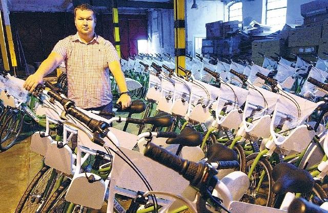 Pierwsze rowery przetestują ci, którzy są już w bazie. Ma to nastąpić podczas zbliżającego się weekendu. Ale, jak zapewnia Konrad Stępień (na zdjęciu, w magazynie z rowerami), o regularnych jazdach będzie można mówić ok. 20 sierpnia.