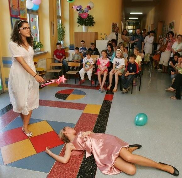 Młodzi pacjenci szpitala przy ul. Unii Lubelskiej byli przedstawieniem bardzo zainteresowani.