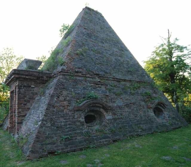 Piramida w Rożnowie.