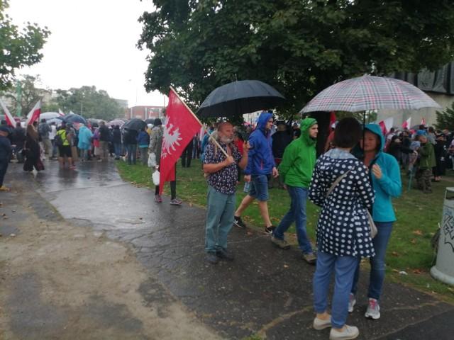 """W sobotę w Poznaniu odbywa się protest przeciwników szczepień. """"Ogólnopolski Marsz Wolności"""" zgromadził tłumy pod pomnikiem Powstańców Wielkopolskich. Uczestnicy wydarzenia wyrażają sprzeciw przeciw obowiązkowym szczepieniom - głównie przeciw COVID-19.Przejdź do kolejnego zdjęcia --->"""