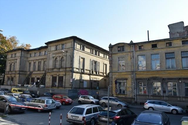 Oba te budynki (ul. Moniuszki 5 z z lewej i Moniuszki 3 z prawej) połączy szklany łącznik.