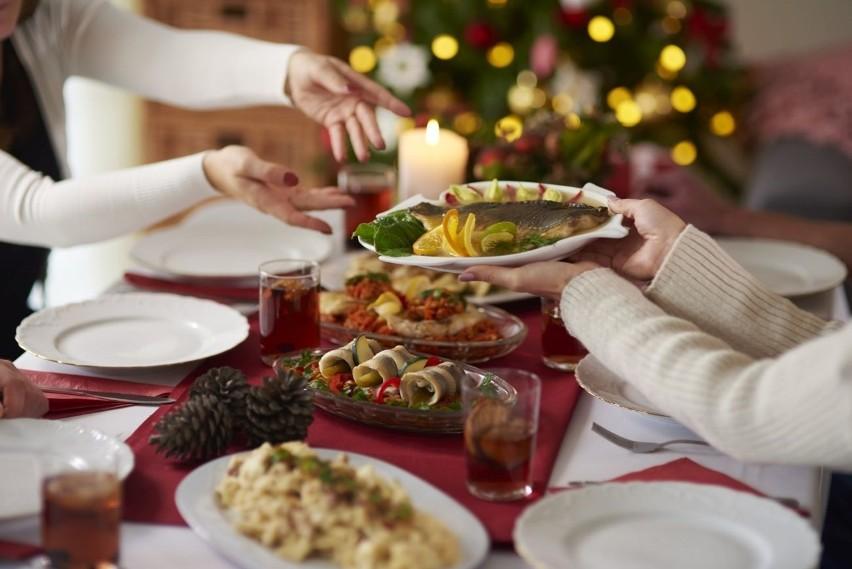 Na święta kupujemy i przygotowujemy więcej jedzenia niż potrzebujemy. Wśród najczęściej wyrzucanych produktów są kolejno: pieczywo, wędliny, warzywa, owoce oraz nabiał.