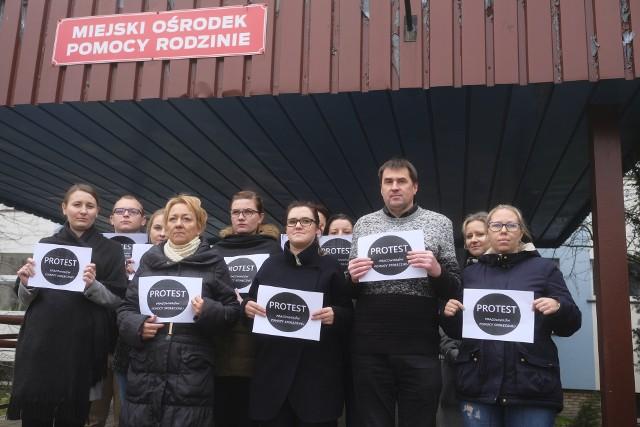 Pracownicy Miejskiego Ośrodka Pomocy Rodzinie w Toruniu wynegocjowali podwyżki w sierpniu. Do protestu przyłączyli się na znak solidarności
