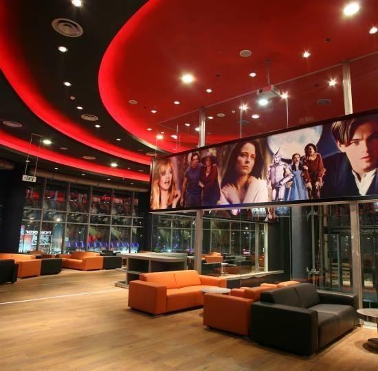 Tak wyglądają hole w kinach sieci Cinema City. Tutaj w otwartym w lipcu br. w Hajfie w Izraelu.