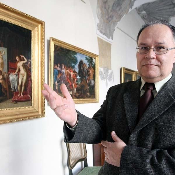 """Dyrektor Sylwester Czopek pokazuje perłę Galerii. To """"Apelles malujący Kampaspe"""", pędzla nieznanego flamandzkiego malarza  z poł. XVII w."""