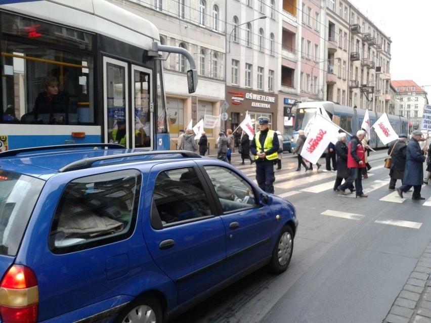 Wrocław: Emeryci blokowali ul. Piłsudskiego [ZDJĘCIA, FILM]