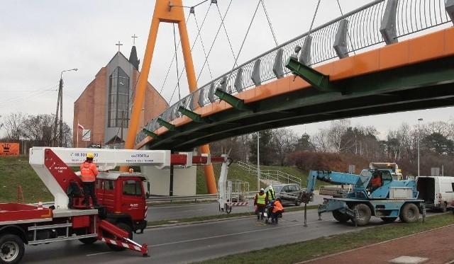 Kładka nad ulicą Szarych Szeregów być może zostanie otwarta w styczniu. W listopadzie montowano tam tak zwane tłumiki drgań, bez których konstrukcja nie zostałaby odebrana.