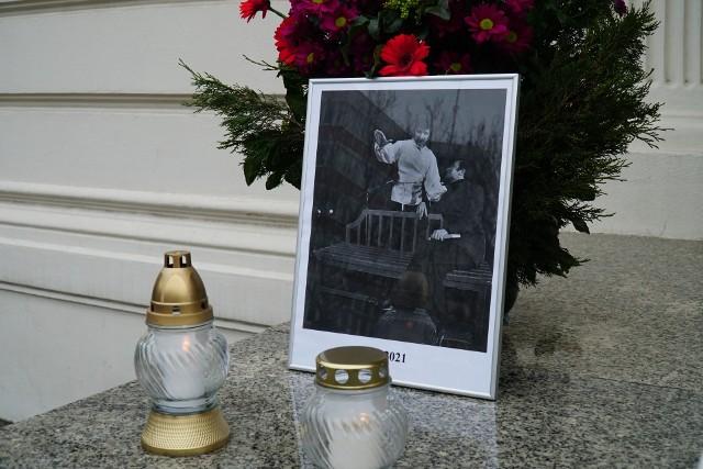 Pogrzeb Krzysztofa Krawczyka rozpocznie się o godzinie 15 w sobotę. Artysta zostanie pochowany w Grotnikach pod Łodzią. Poprzedzi go msza w łódzkiej archikatedrze, która rozpoczęła się właśnie o godzinie 12 w sobotę, o tej godzinie zapalono znicze przed Teatrem Polskim w Poznaniu, by oddać hołd piosenkarzowi.