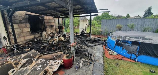 Na terenie ogródków działkowych Jarzębinka w Koronowie w ogniu stanęła wiata i domek letniskowy