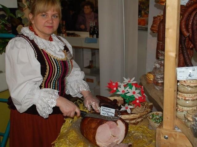 Szynka z Łopuszna z sukcesem w Niemczech!Aneta Wojtyś, dyrektor do spraw handlowych firmy WiR prezentuje królewską szynkę.