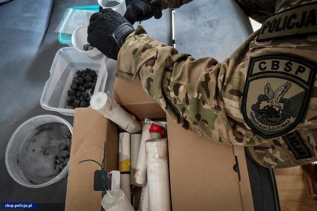 Funkcjonariusze CBŚP przeprowadzili akcję na terenie 8 województw. Sprawdzili 25 posesji i mieszkań, przejęli materiały wybuchowe, bron i narkotyki. Zobacz zdjęcia -->