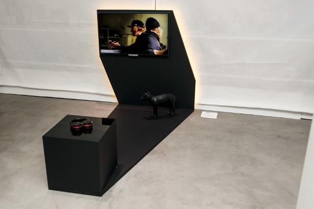 Projekt Lange&LangePomysłem studia Lange&Lange na konstrukcję pod Sony BRAVIA serii W9 było zaburzenie logicznego postrzegania cienia. W efekcie powstał niezwykle oryginalny, silnie ingerujący w przestrzeń obiekt.