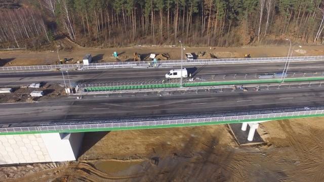 Najświeższe zdjęcia z budowy drogi ekspresowej S7 od granicy województwa mazowieckiego i świętokrzyskiego do Skarżyska-Kamiennej pokazują, że prace na tym odcinku w szybkim tempie dobiegają końca. Jak informuje inwestor, czyli kielecki oddział Generalnej Dyrekcji Dróg Krajowych i Autostrad, trwają roboty wykończeniowe - między innymi montaż elementów bezpieczeństwa ruchu drogowego, ogrodzeń i infrastruktury towarzyszącej. Chociaż zgodnie z umową koniec inwestycji zaplanowano na maj 2020 roku, to wykonawca zadeklarował udostępnienie ciągu głównego do końca grudnia. W ubiegłym tygodniu drogowcy układali warstwę wiążącą nawierzchni, a także montowali bariery ochronne.Zobacz najnowsze zdjęcia z placu budowy>>>