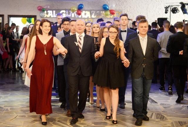 Bal uczniów Gimnazjum nr 1 w Zielonej Górze. Na początku gimnazjaliści zatańczyli poloneza.